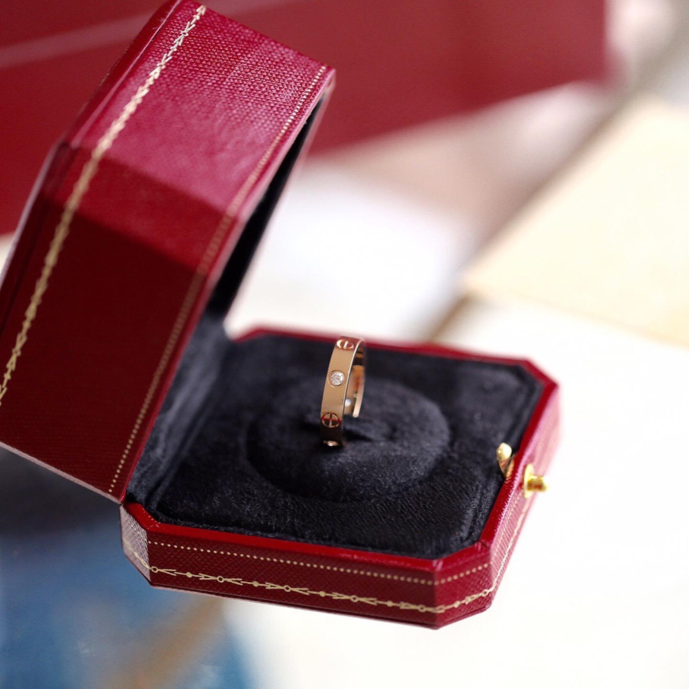 Cartier Love Ring comes with red ring box